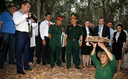 """Ông Medvedev """"sửa gáy"""" phiên dịch trong chuyến thăm Việt Nam: Dịch là """"Đồng chí"""" chứ!"""