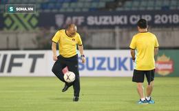 """Trầm ngâm trước giờ G, HLV Park Hang-seo giải """"stress"""" bằng trò chuyền bóng với trợ lý"""