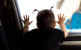 Để hai con trong xe rồi đi mua sắm, người bố không ngờ quay lại đã nghe con gái khóc và thú nhận chuyện khủng khiếp
