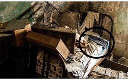 Đến căn nhà hoang để chụp ảnh, người đàn ông bất ngờ phát hiện một thứ giữa đống đổ nát
