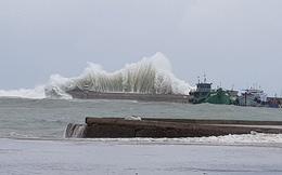 Clip sóng cao 9m cuộn chân giàn khoan ở Vũng Tàu, người dân TP.HCM không dám ra đường do bão