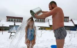 24h qua ảnh: Bố đổ nước lạnh lên đầu con gái giữa trời -5 độ C
