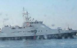 Tàu Nga bị xé toạc phần hông, hỏng nặng sau khi đâm húc, nã đạn vào tàu Ukraine
