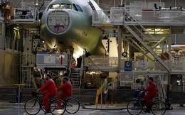 24h qua ảnh: Công nhân đạp xe trong xưởng sản xuất máy bay Airbus
