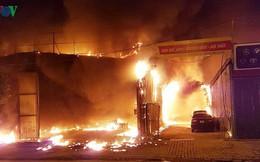 Hình ảnh xưởng sửa chữa ô tô ở Hà Nội cháy rụi, nhiều xe biến dạng