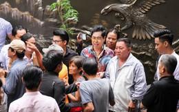 Sau ngày mưa bão, hàng trăm người vây kín biệt thự trăm tỷ của Ngọc Sơn chờ được phát gạo