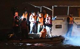 """Trăm người xuyên đêm tìm chiếc xe 5 chỗ màu đen """"xé thủng"""" lan can cầu Chương Dương, rơi xuống sông Hồng"""