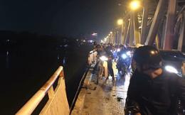 """Xe Mercedes đâm thủng lan can cầu Chương Dương rơi xuống sông """"có thể đã bị nước cuốn trôi"""""""