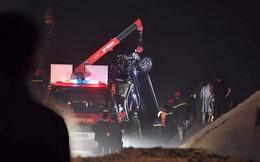 Đã vớt được ô tô Mercedes tông gãy lan can cầu Chương Dương, hai nạn nhân trên xe tử vong gồm 1 nam, 1 nữ