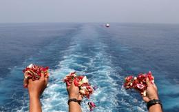 24h qua ảnh: Thân nhân của hành khách trên máy bay rơi thả cánh hoa xuống biển