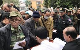 Hàng trăm thương binh chen lấn chờ đăng kí mua vé trận chung kết Việt Nam - Malaysia