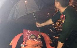 Giải cứu một phụ nữ mang thai và hai con nhỏ khỏi vùng nước ngập