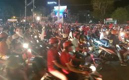 Việt Nam hoà 2-2 với Malaysia, hàng ngàn người ở miền Tây vẫn ra đường cổ vũ