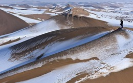 Nhiệt độ xuống -25 độ C, sa mạc ở Trung Quốc phủ đầy tuyết trắng