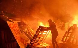 24h qua ảnh: Người biểu tình Pháp đốt hàng rào chặn đường vào kho xăng