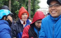 Cổ động viên vừa mổ chấn thương cổ đã 'trốn viện' xếp hàng trong giá lạnh chờ lấy vé xem trận chung kết Việt Nam gặp Malaysia