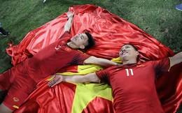 Khoảnh khắc gây tò mò nhất trận khi Văn Hậu cầm cờ đỏ sao vàng chạy vào sân và đây là kết quả