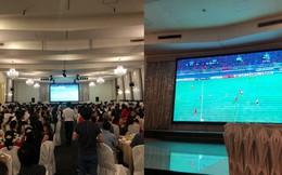 Tiệc cưới đúng trận chung kết AFF Cup, cô dâu chú rể chi tiền đầu tư màn hình xem bóng đá