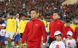 Quế Ngọc Hải tự tay đeo băng đội trưởng cho Văn Quyết trước khi nhận cúp vô địch AFF Cup