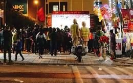 Nắm tay nhau đứng lên xe máy xem bóng đá, hình ảnh 2 chiến sĩ CSGT được chia sẻ nhiều nhất tối qua