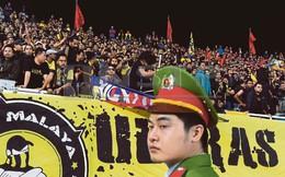 """Vợ HLV Tan Cheng Hoe được CĐV Malaysia """"giải cứu"""" khi bị mắc kẹt giữa nhóm fan Việt Nam"""