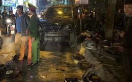 """Xe """"điên"""" Lexus đâm rụng biển số xe CSGT, hàng chục xe máy khác nằm la liệt"""
