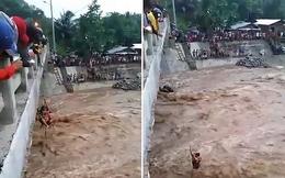 Đang giặt quần áo thì nước sông bất ngờ dâng cao, 4 mẹ con được cứu sống nhờ bám vào 1 thứ