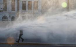 24h qua ảnh: Người biểu tình chống chọi với vòi rồng phun nước