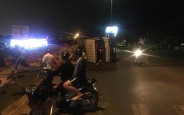 Xe tải chở 30 tấn lúa lật ngang, 2 người bị thương