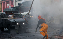 24h qua ảnh: Người biểu tình đối đầu với xe bọc thép cảnh sát