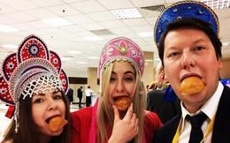 101 cách lạ lùng để thu hút sự chú ý của TT Putin: Giả làm công chúa tuyết, mặc áo vàng...