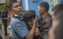 24h qua ảnh: Người đàn ông bật khóc khi thấy xác thân nhân sau sóng thần
