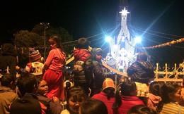 Hàng ngàn giáo dân đến Nhà thờ Gỗ Kon Tum đón Giáng sinh