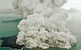 Cảnh núi lửa Indonesia tiếp tục phun trào dữ dội vài tiếng sau trận sóng thần kinh hoàng