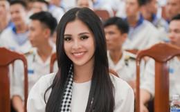 Hoa hậu Tiểu Vy cùng các người đẹp tặng sách cho Học viện Hải quân Nha Trang