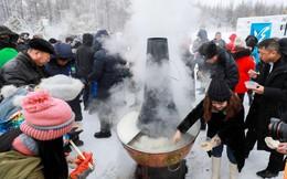 24h qua ảnh: Người dân Trung Quốc thưởng thức lẩu nóng ngoài trời lạnh giá
