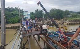 Sập cầu gỗ giờ cao điểm, 3 người rớt xuống sông
