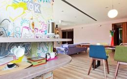 Căn hộ màu sắc được trang trí bằng giấy dán tường