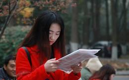 24h qua ảnh: Cô gái ôn bài trước kỳ thi công chức căng thẳng ở Trung Quốc