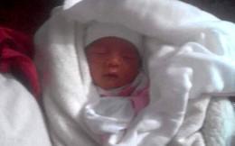 Bé trai sơ sinh nặng 3,5kg bị bỏ trong manh áo ở cổng chùa, phát thông báo tìm người thân