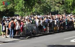 Sydney: Hàng trăm ngàn người xếp hàng lấy chỗ xem pháo hoa năm mới
