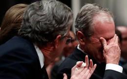 Hình ảnh nghẹn ngào: Vĩnh biệt cha, cựu TT Bush con không kìm được cảm xúc, khóc nức nở
