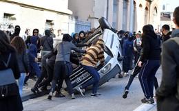 24h qua ảnh: Ô tô bị hất ngược trên phố trong cuộc biểu tình ở Pháp