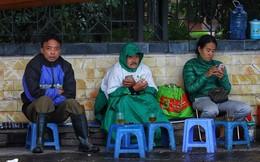 Người Hà Nội co ro trong mưa lạnh 14 độ C