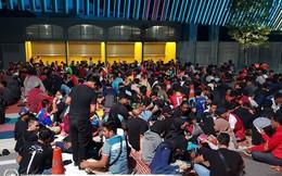 """Không hề kém fan Việt, """"đội quân vàng"""" Malaysia vây kín Bukit Jalil ngay từ lúc nửa đêm"""