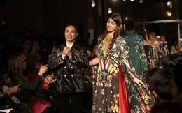 Hậu Paris Fashion Week 2018, NTK Hoài Nam sang Singapore xem Tony Robbins thuyết trình