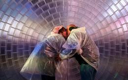 24h qua ảnh: Cặp đôi hôn nhau dưới trời mưa ở Quảng trường Thời đại