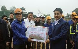 Chủ tịch Hà Nội tặng quà tết công nhân thi công cầu vượt An Dương