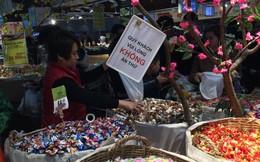 Thản nhiên ăn thử kẹo trong siêu thị dịp Tết