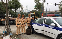 Chiều tối 30 Tết, CSGT Hà Nội đưa người phụ nữ kịp về quê đón giao thừa